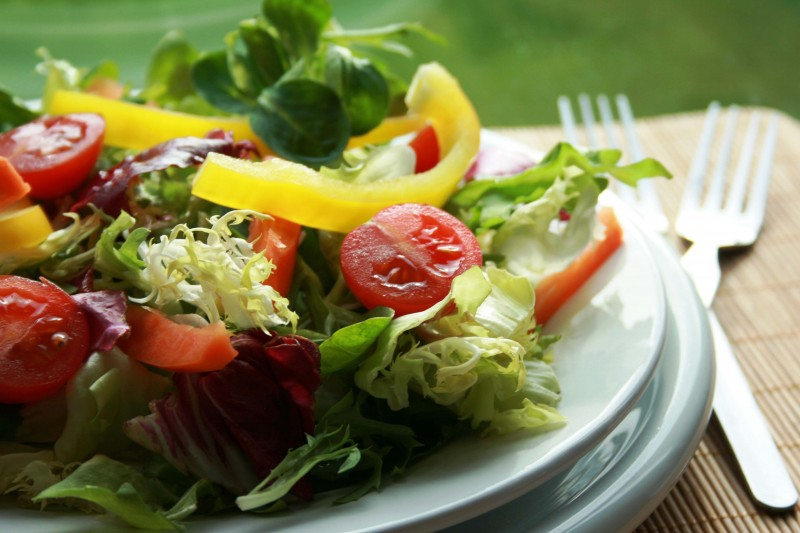 comer-salada-fornece-nutrientes-abundantes-essenciais
